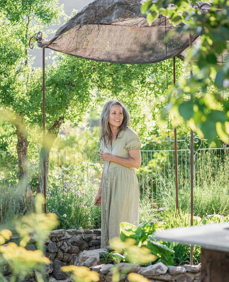 Garden, portrait photographer in Marbella. Woman. Aleksandra Olejnik.